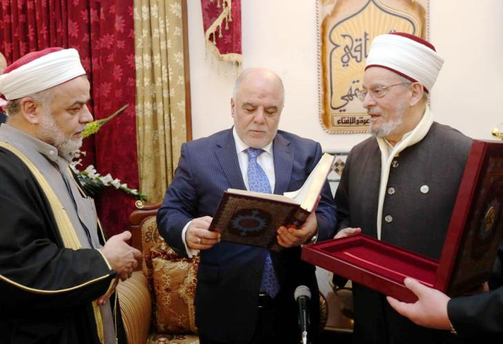 العبادي مع علماء سنة في جامع ابو حنيفة ببغداد