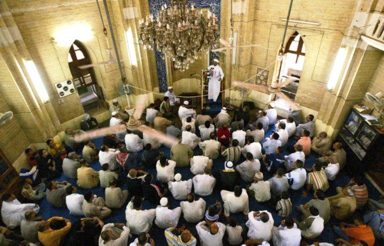 مصلون بمسجد في البصرة
