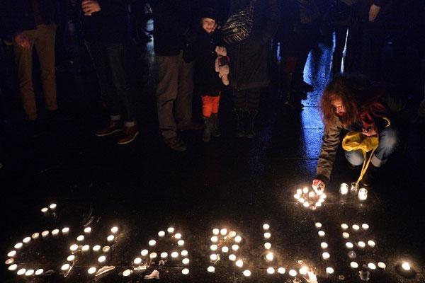 شموع مضاءة على أرواح الضحايا الذين سقطوا في الحادث الإرهابي