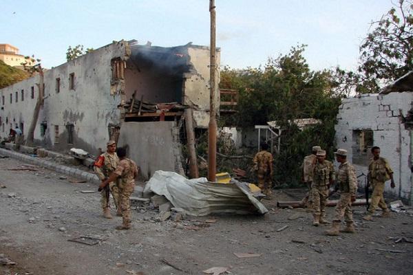 الجيش يتفقد موقع هجوم سابق في اليمن