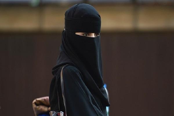 إمرأة مسلمة بعد خروجها من أحد مساجد لندن
