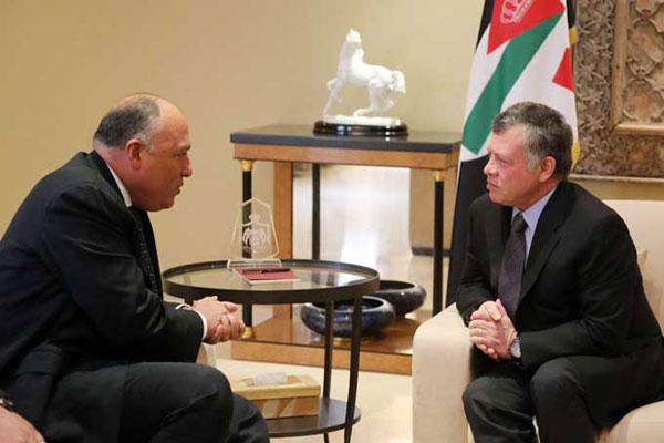 عاهل الأردن مستقبلا وزير الخارجية المصري