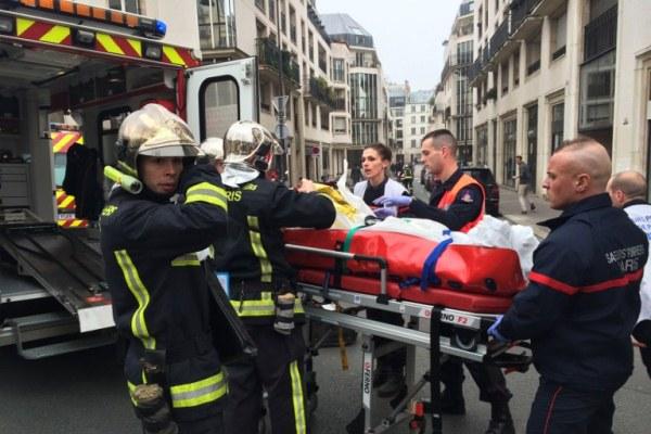 مسعفون ينقلون ضحايا الهجوم على مقر صحيفة شارلي ايبدو