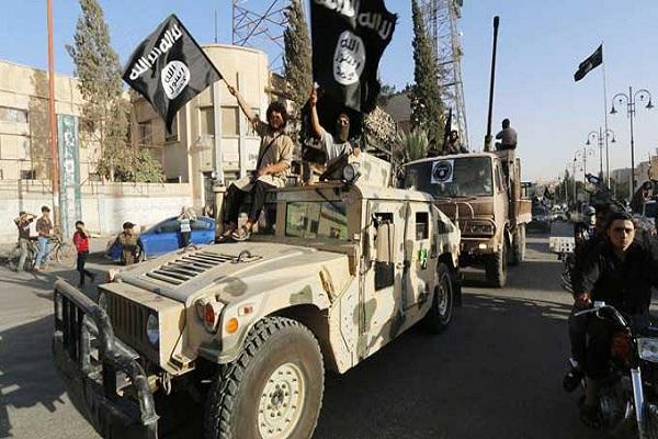 صورة أرشيفية لعرض عسكري لداعش في الرقة