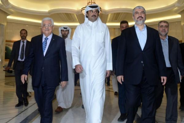 أمير قطر الشيخ تميم متوسطًا رئيس السلطة الفلسطينية محمود عباس وزعيم حماس خالد مشعل