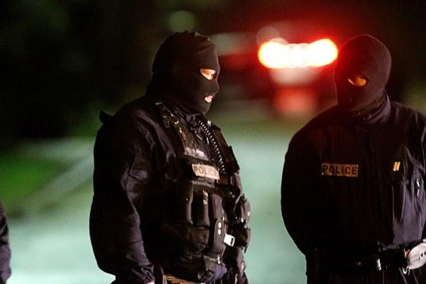 عناصر من الشرطة في شمال فرنسا حيث عمليات البحث عن المشبوهين مستمرة