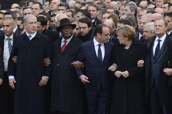 نتانياهو خلال مشاركته في مسيرة باريس