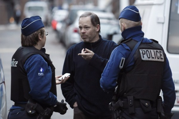 عناصر من الشرطة البلجيكية بعد العملية التي نفذتها في فرفييه
