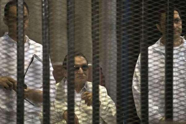 مبارك يتوسط علاء وجمال خلال إحدى جلسات المحاكمة
