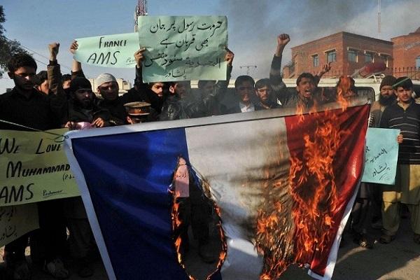 احراق العلم الفرنسي في بيشاور