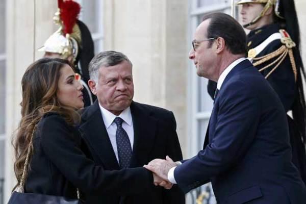 الرئيس الفرنسي متقبلا تعازي الملكة رانيا والملك عبدالله الثاني