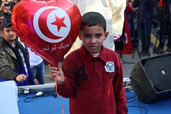 طفل تونسي يشارك في إحياء ذكرى ثورة بلاده