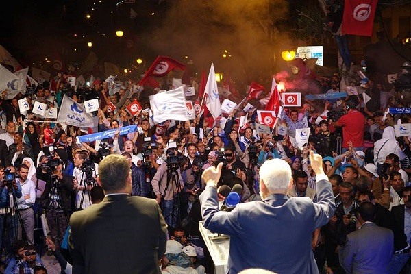 نشطاء من حزب النهضة وصحافيون يستمعون إلى راشد الغنوشي