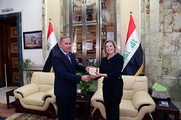 وزير الدفاع العراقي مستقبلا وكيلة وزير الدفاع الأميركي