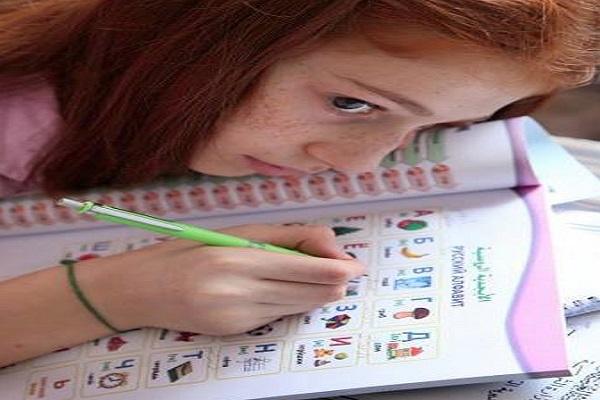 طالبة سورية تتعلم اللغة الروسية