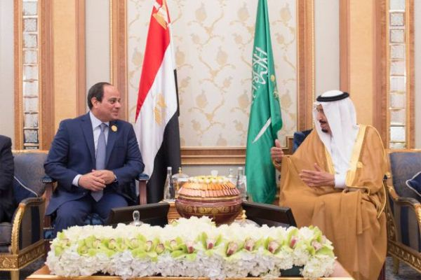 الملك سلمان خلال لقاء مع السيسي في الرياض
