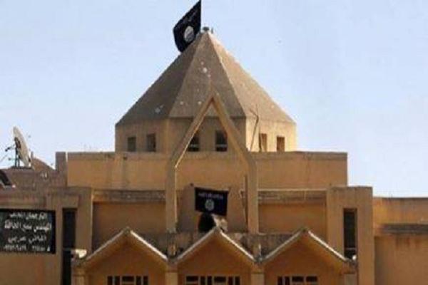 داعش يرفع رايته بدل صليب احدى كنائس الموصل