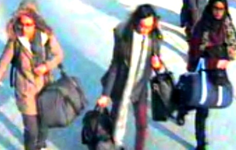 تلميذات بريطانيات رصدتهنّ كاميرا المراقبة في المطار وهن بصدد السفر إلى تركيا ثم إلى سوريا