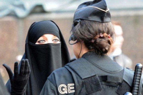 مدرسة فرنسية تطرد تلميذة مسلمة والسبب... تنورتها