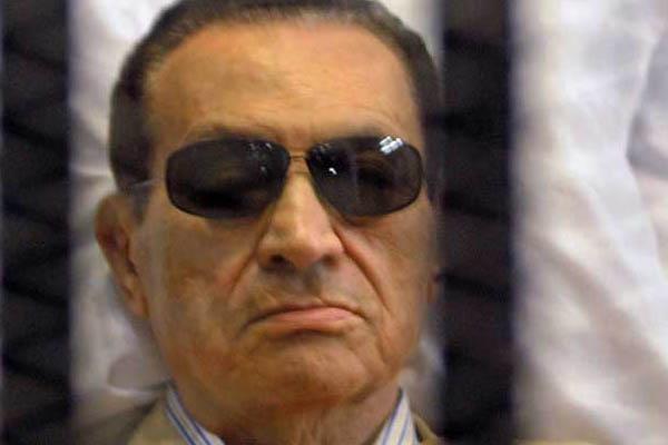 الرئيس المصري الأسبق حسني مبارك خلف القضبان