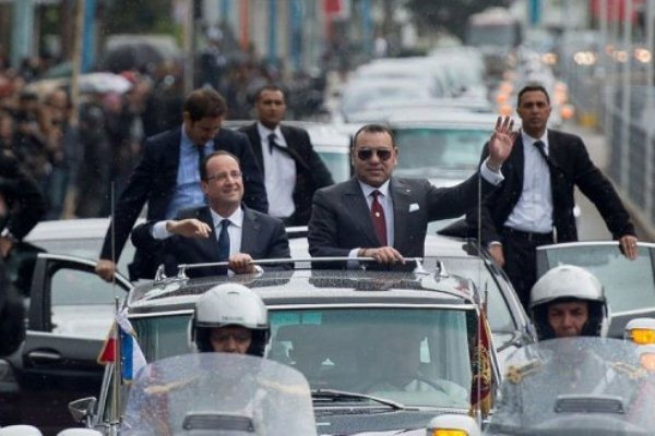 الملك المغربي مستقبلا الرئيس الفرنسي في الدار البيضاء في أبريل 2013