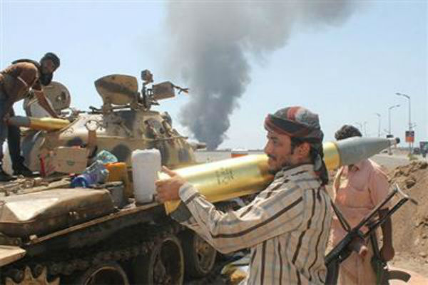 اشتباكات بين المقاومة الشعبية والحوثيين في تعز