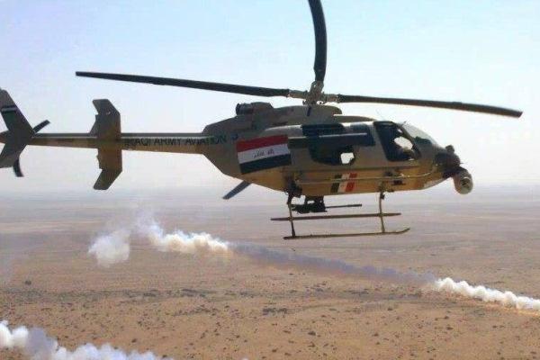 طائرة مروحية عراقية تقصف أهدافا لداعش