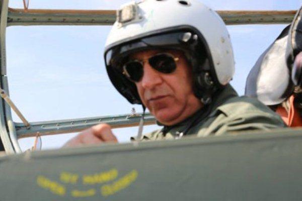 وزير الدفاع العراقي يقود طائرة حربية لقصف مواقع داعش في صلاح الدين