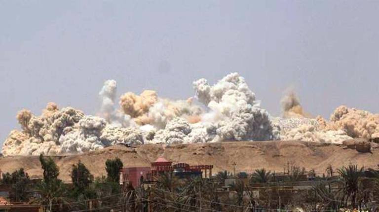 داعش يقوم بتفجير ملعب الرمادي بالكامل