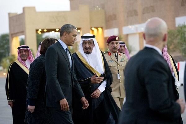 الملك سلمان مستقبلا اوباما خلال زيارته للمملكة- ارشيف