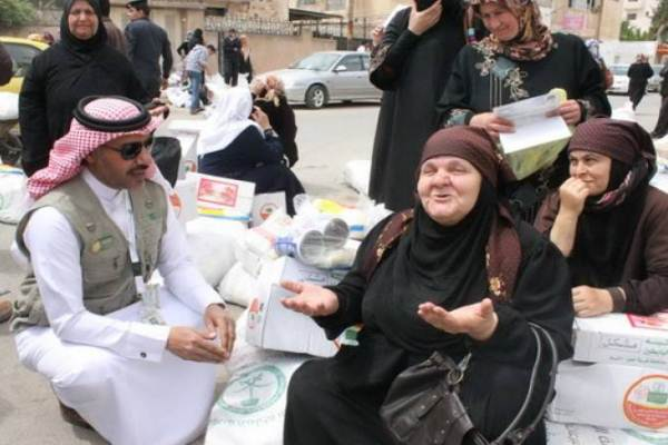 بالفيديو|| ردة فعل معلمة سورية في مخيم الزعتري لحظة إبلاغها بتكفل خادم الحرمين بعلاجها