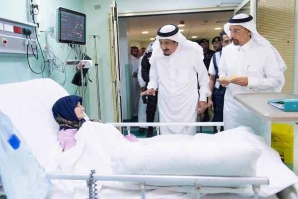 الملك سلمان خلال زيارته للاطمئنان إلى صحة المصابين في حادثة الحرم المكي