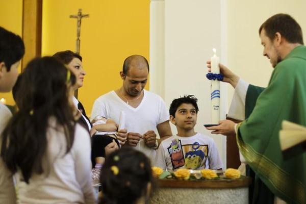صورة نشرتها صحيفة لوفيغارو للاجئين يعتنقون المسيحية