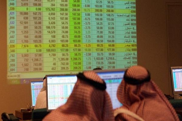 سعوديان يتابعان حركة الاسهم