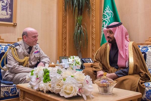 الأمير محمد بن سلمان خلال اجتماعه بنائب قائد الأركان البريطاني