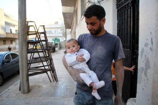 السوري يحيى وابنته وحيدة التي نجت من قصف على منزلهم في إدلب