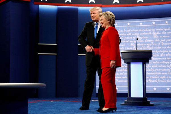 مصافحة بين كلينتون وترامب خلال مناظرتهما الإعلامية الأولى التي جرت أخيرًا