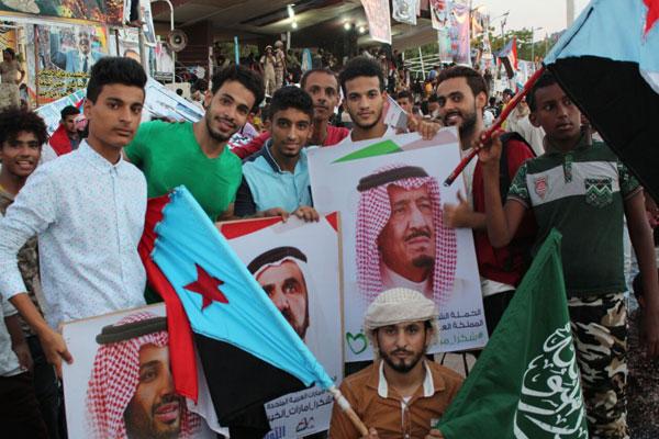 متظاهرون في ساحة العروض في عدن أمس