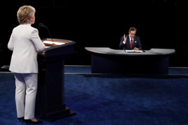 كريس والس خلال المناظرة