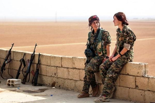 مقاتلات من قوات سوريا الديمقراطية في ريف الرقة