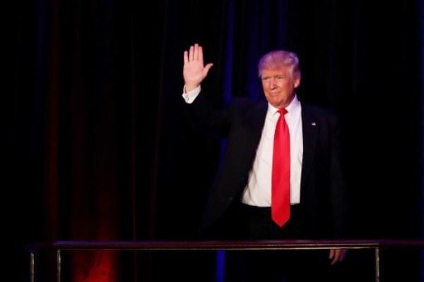 ترامب يحيي أنصاره قبل إلقاء خطاب الفوز