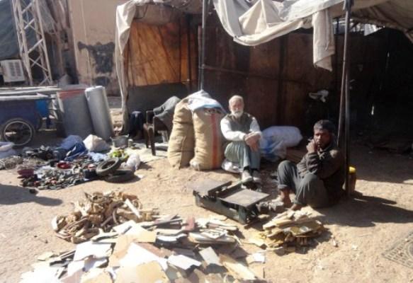 مواطنان سوريان يبيعان الخشب في دير الزور بحثا عن قوت اليوم