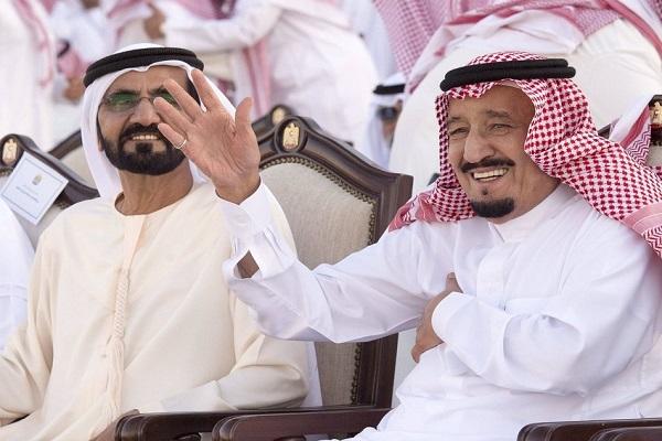 الملك سلمان خلال تشريفه مهرجان زايد وبجواره محمد بن راشد