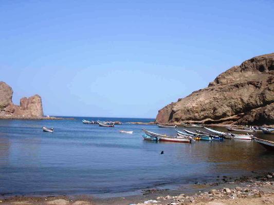 قوارب صيد على ساحل أرخبيل سقطرى