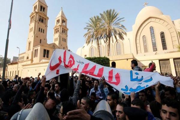متظاهرون أمام الكنيسة البطرسية يستنكرون الإرهاب