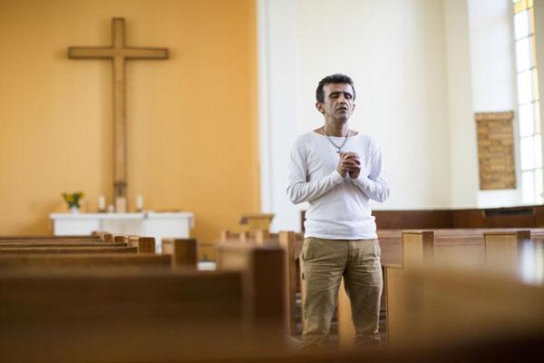 يواجه هؤلاء المعتنقون للمسيحية مواقف صعبة في مقار اللاجئين