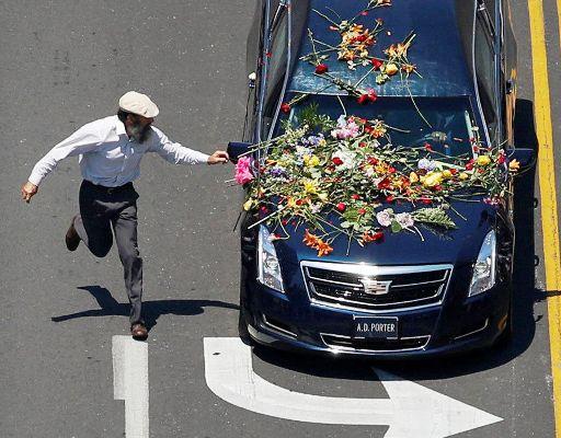 سيارة تقل جثمان الملاكم محمد علي كلاي الذي توفي في العام 2016
