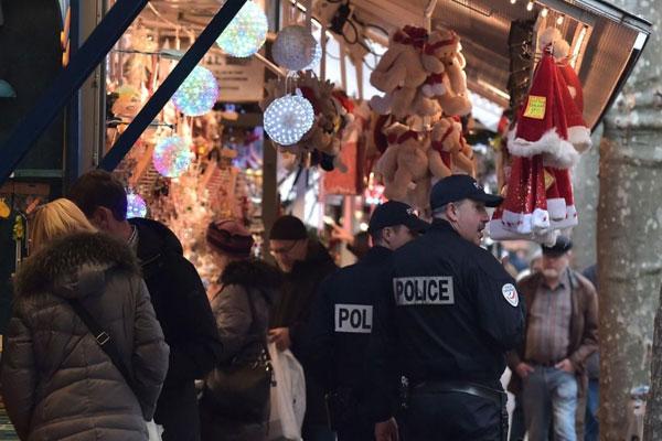 الشرطة الفرنسية منتشرة في الأسواق عشية الميلاد