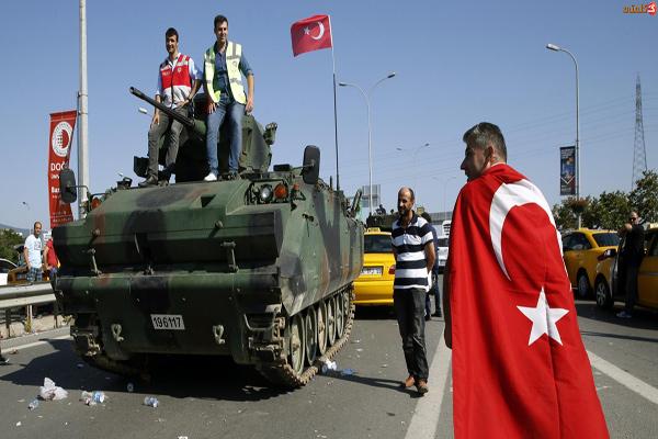 أتراك يحتفلون بفشل محاولة الانقلاب