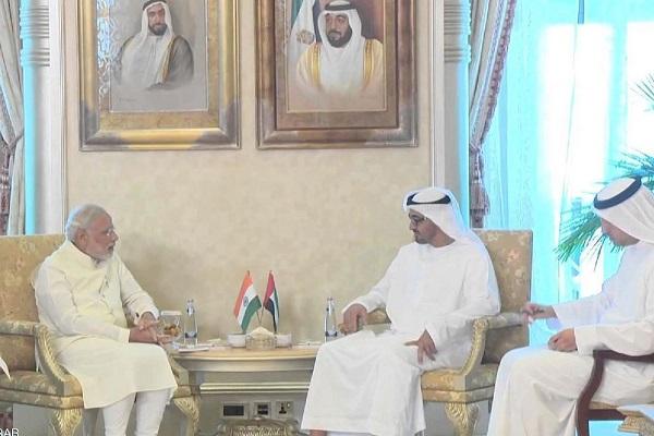 الشيخ محمد بن زايد مستقبلا ناريندرا مودي خلال زيارته الأخيرة إلى الإمارات (ار